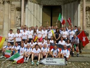 Gruppenfoto vor dem Dom mit Vizebürgermeisterin Alessia Gruzza und ehemaligem Bürgermeister Massimo Tedeschi (beide in dunkler Kleidung)